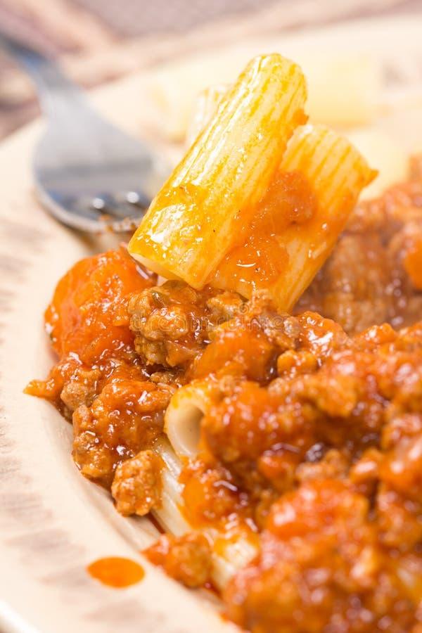 Schweinefleisch- und Rindfleischhackfleisch mit Tomatensauce und Makkaroni lizenzfreie stockfotos