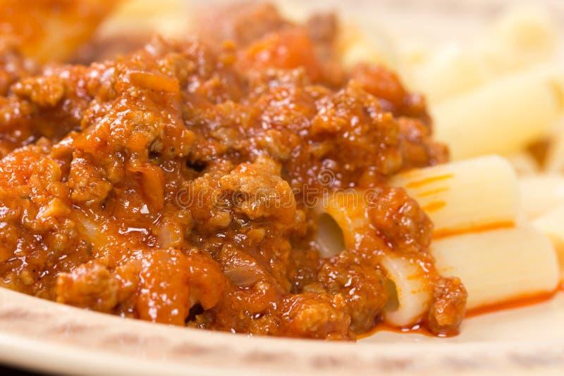 Schweinefleisch- und Rindfleischhackfleisch mit Tomatensauce und Makkaroni stockfotografie