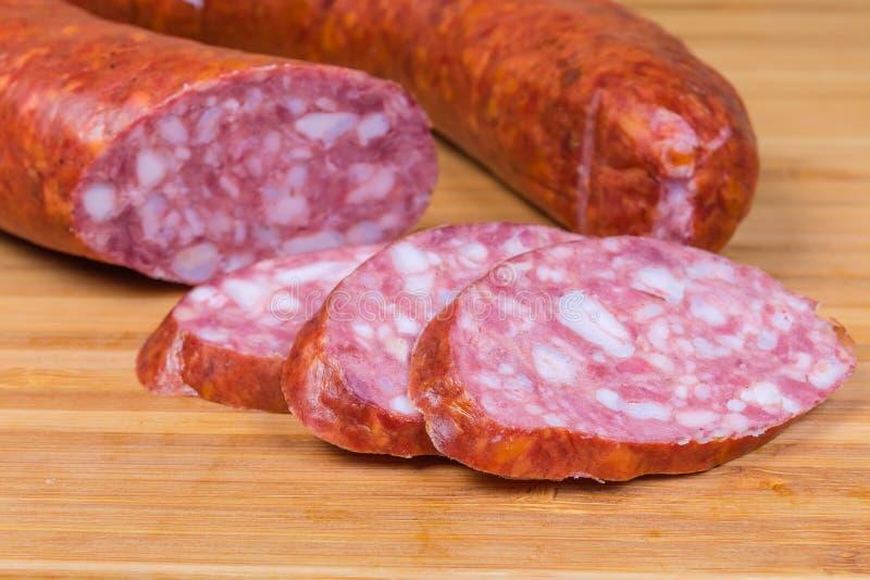 Schweinefleischbologna-Wurstscheiben gegen den Rest ist Wurst stockfotos