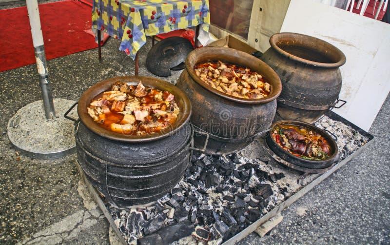 Schweinefleischeintopfgericht in einem Tongefäß stockfotografie
