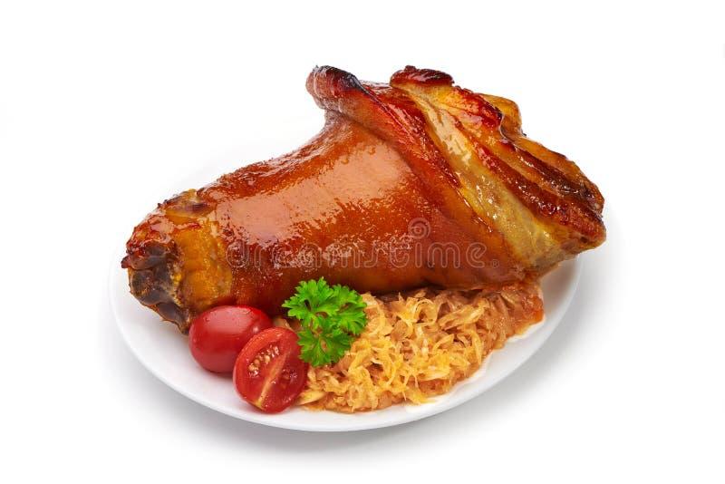 Schweinefleischknöchel mit gebratenem Sauerkraut und Gemüse lizenzfreie stockbilder