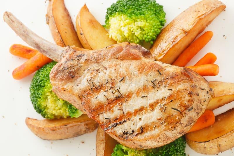Schweinefleischrippensteak mit Grillgemüse lizenzfreie stockfotos