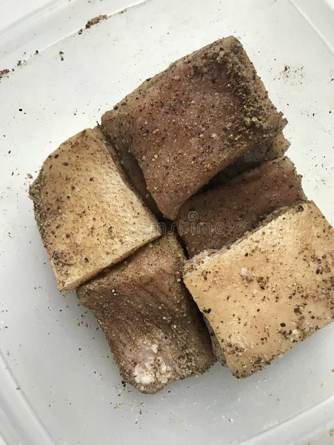 Schweinefleischschweinefett mit Fleischschichtschnitt in Stücke stockfotos