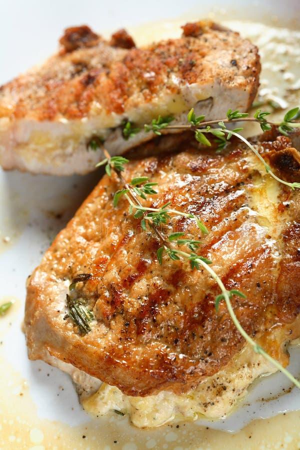 Schweinekoteletts angefüllt mit Käse lizenzfreie stockbilder
