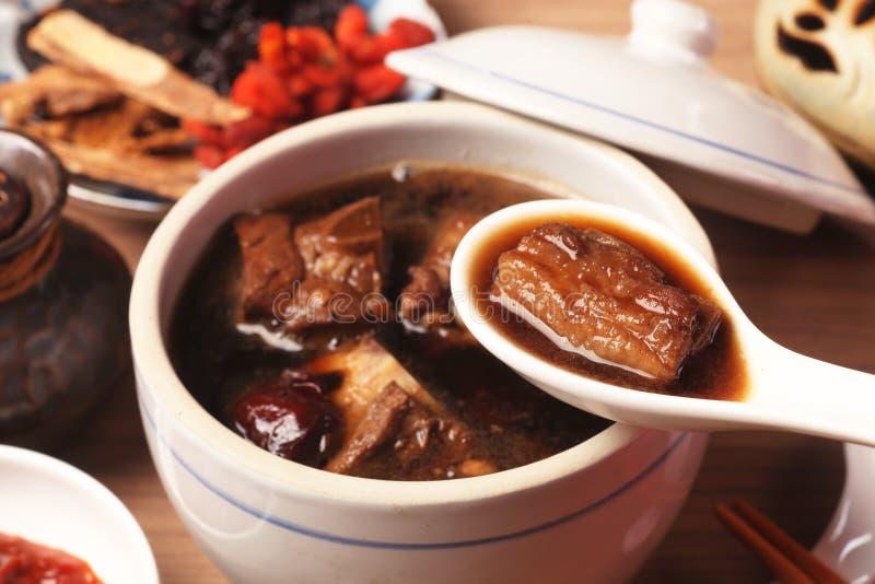 Schweinekoteletts in der Suppe der chinesischen Medizin lizenzfreies stockfoto