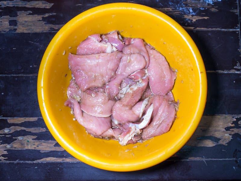Schweinekoteletts mariniert in den Gewürzen lizenzfreie stockbilder