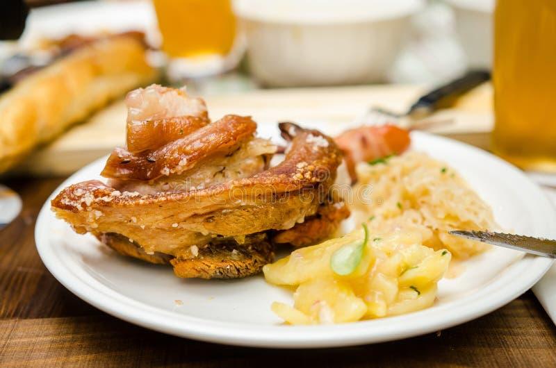 Schweinshaxe με τις πατάτες στοκ εικόνες με δικαίωμα ελεύθερης χρήσης