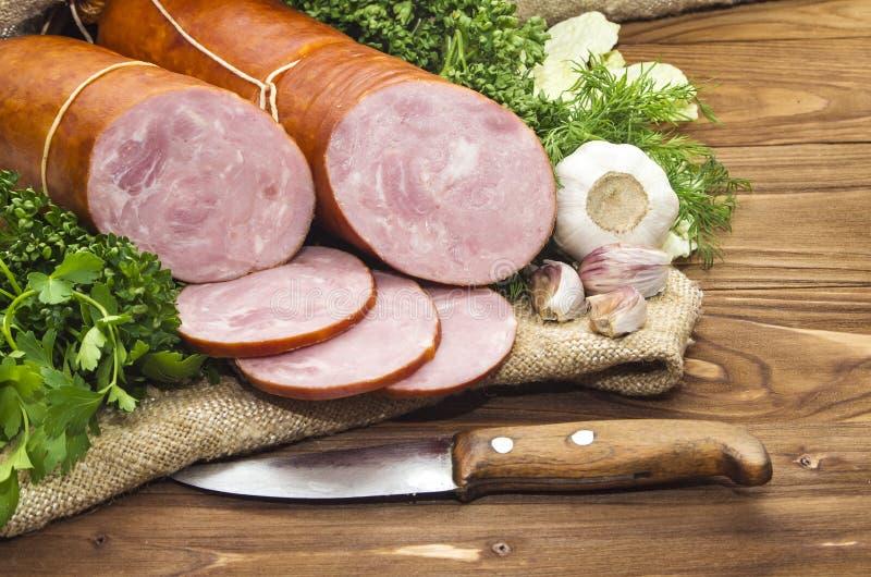 Schweinswurst geschnitten in den Stückchen in einer weißen Verpackung lizenzfreies stockfoto