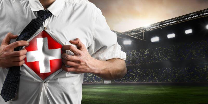 Schweiz-Fußball- oder -fußballanhänger, der Flagge zeigt lizenzfreies stockbild