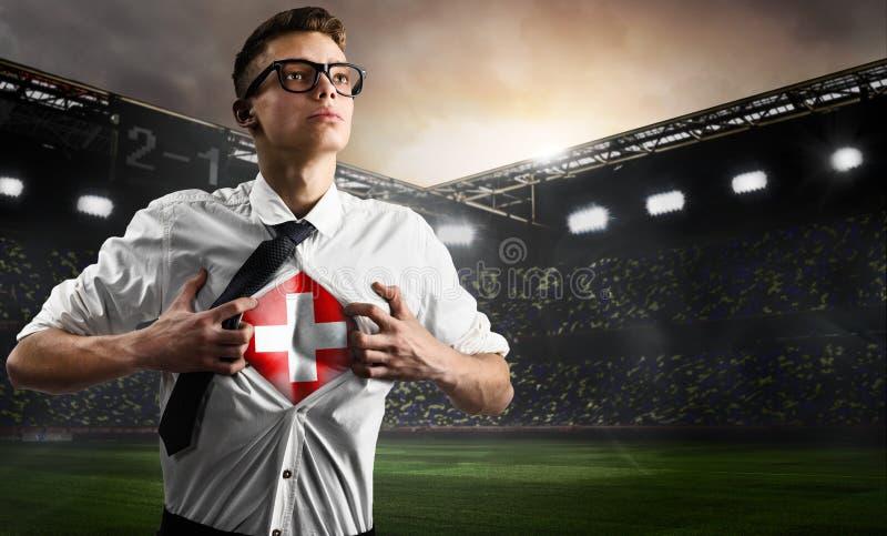 Schweiz-Fußball- oder -fußballanhänger, der Flagge zeigt stockbilder