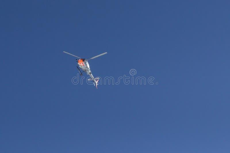 Schweiz - helikopter som turnerar den snö nådde en höjdpunkt bergskedjan arkivfoto