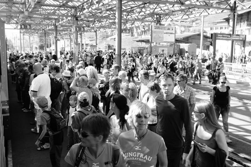 Schweiz: Massen von Menschen, am Bahnhof Lauterbrunnen mit Wengeralp Zug nach Jungfrau stockbilder