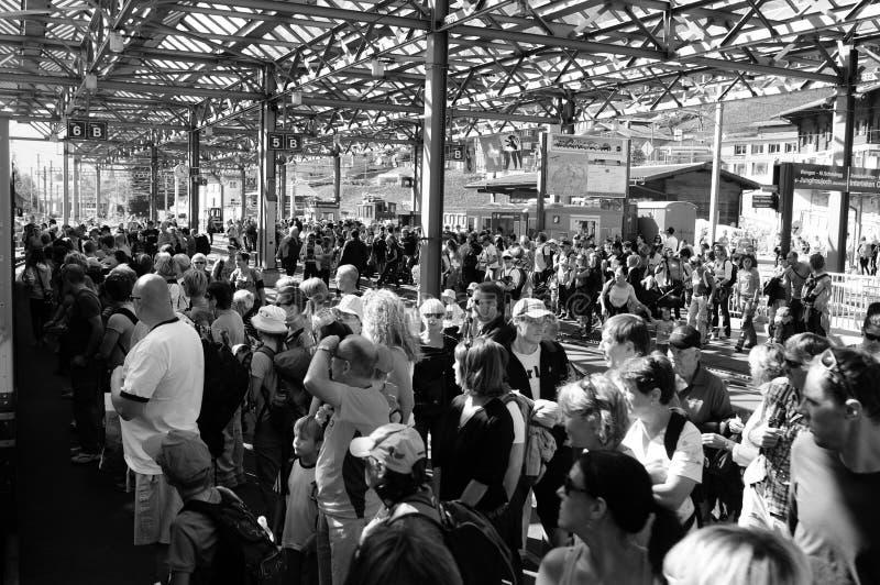 Schweiz: Massen von Menschen, am Bahnhof Lauterbrunnen mit Wengeralp Zug nach Jungfrau lizenzfreies stockbild
