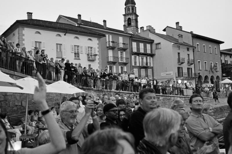 Schweiz: När Jazz-festivalen för staden Ascona i Maggiore-sjön äger rum finns det många konserter och turister royaltyfri fotografi