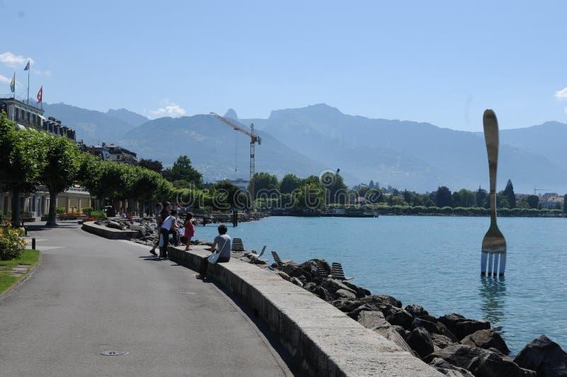 Schweiz: Sjö-promenaden av Vevey-staden på sjöGenève arkivfoton