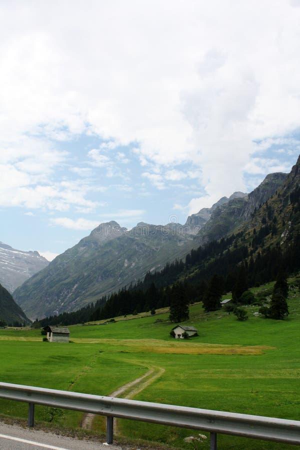 Schweizare landskap med bergfjällängar arkivfoto