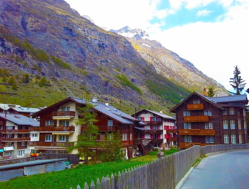 Schweizare skidar semesterorten av Zermatt Dragningar - alpint maximum Matterhorn, Schweiz royaltyfri bild