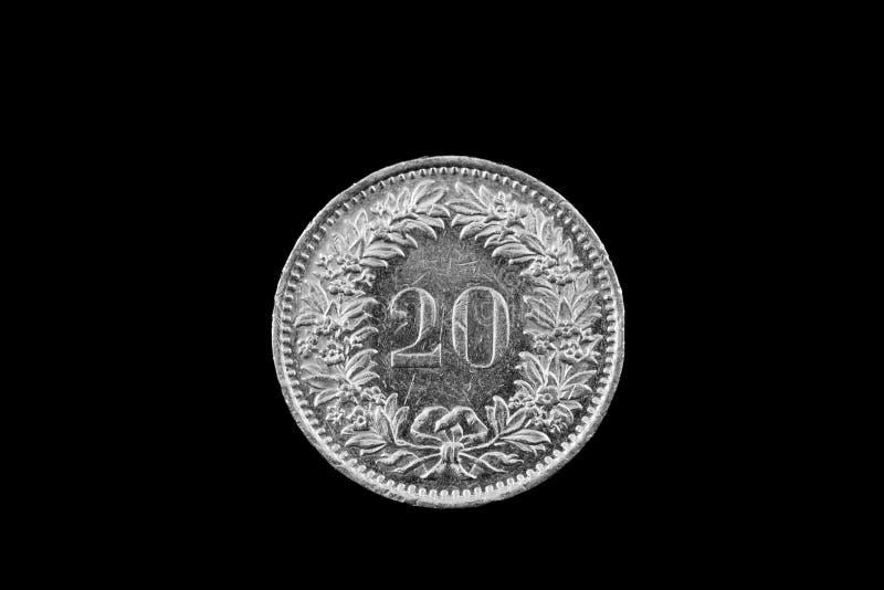 Schweizare tjugo Centimes mynt som isoleras på svart royaltyfri foto