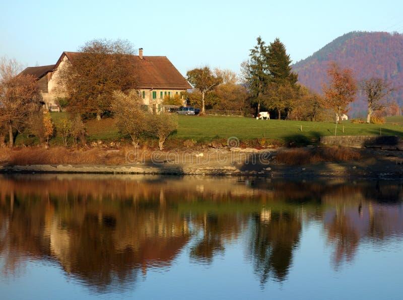 Schweizarelantgård på sjön arkivfoton