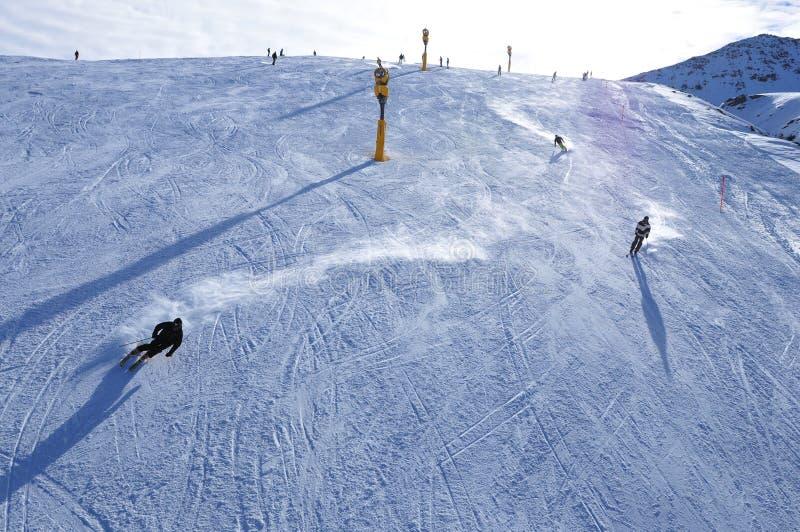 Schweizer Alpen: Skifahren auf dem künstlichen Schnee wegen des globalen Klimawandels bei Parsenn über Davos City lizenzfreies stockbild