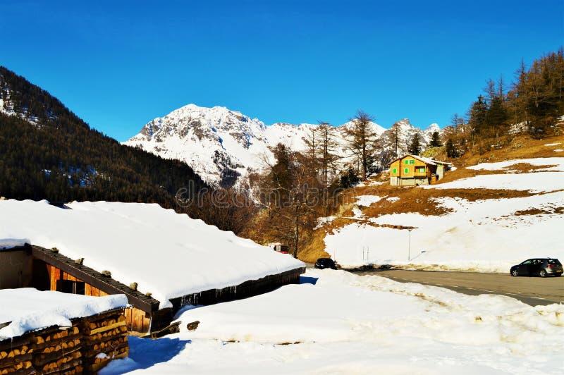 Schweizer Alpen und romantische Winterdächer lizenzfreies stockfoto