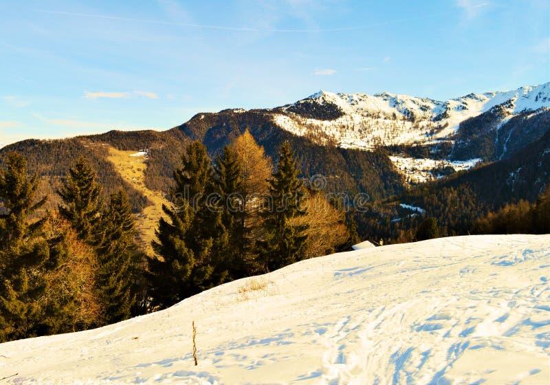 Schweizer Alpen und Winterlandschaft Romantisches Bild stockfotografie