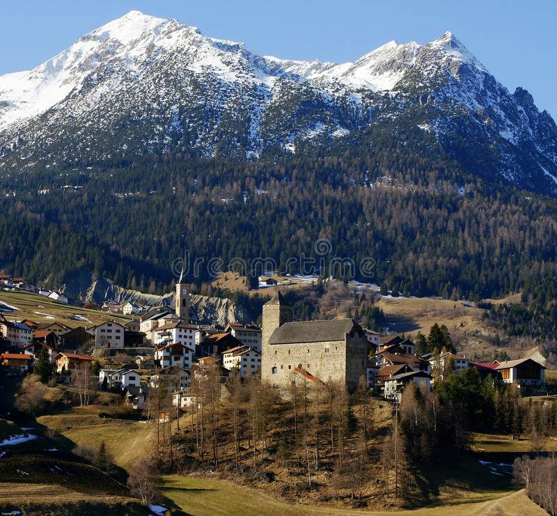 Schweizer alpines Dorf stockbild