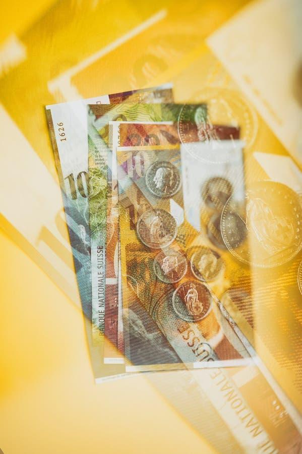 Schweizer Bargeldpapierrechnungen und -münzen stockbild