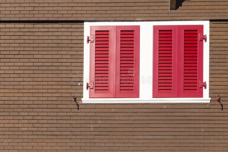 Schweizer Chalet mit roten Fensterfensterläden lizenzfreies stockfoto