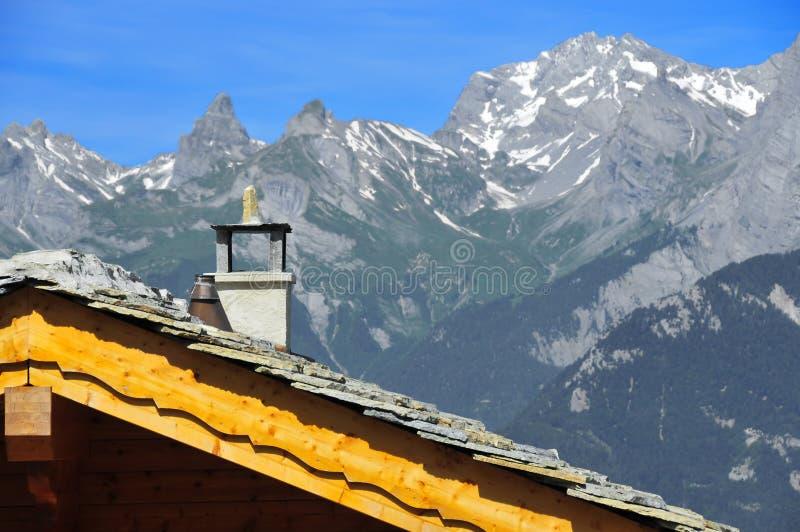 Schweizer Chaletdach mit Alpen stockfotografie