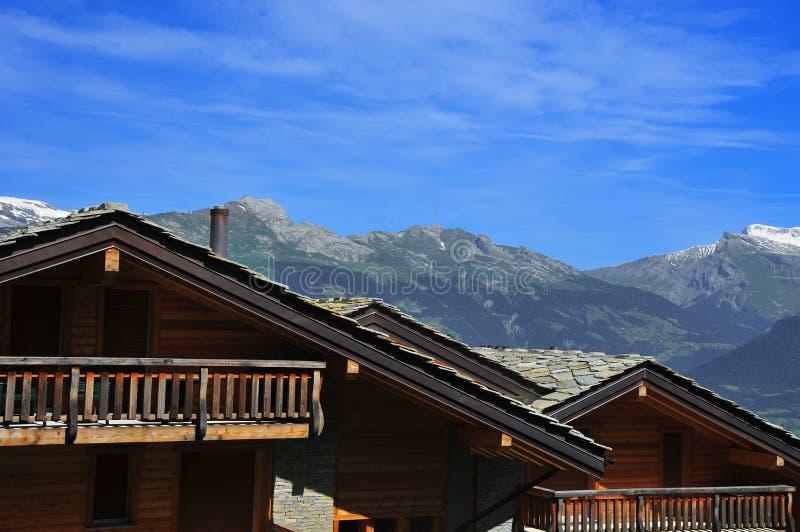 Schweizer Chalets und Berge lizenzfreies stockbild