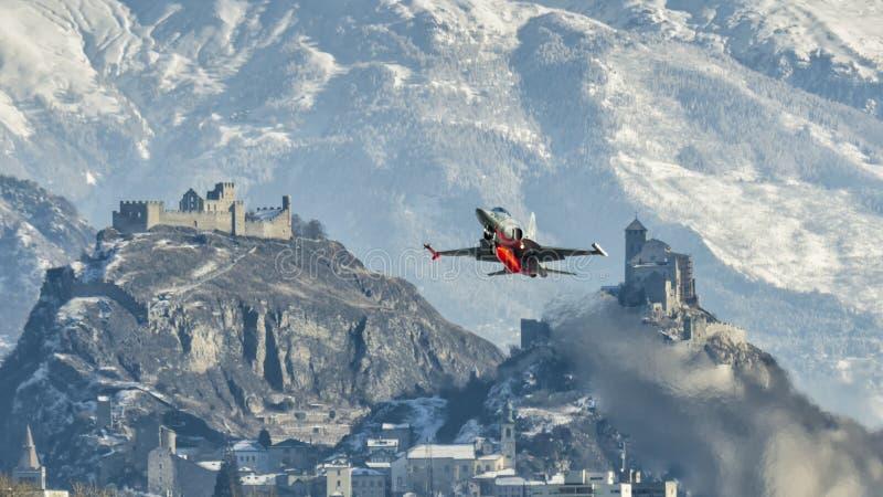 Schweizer F-5E Tiger entfernen sich bei Sion stockfotos