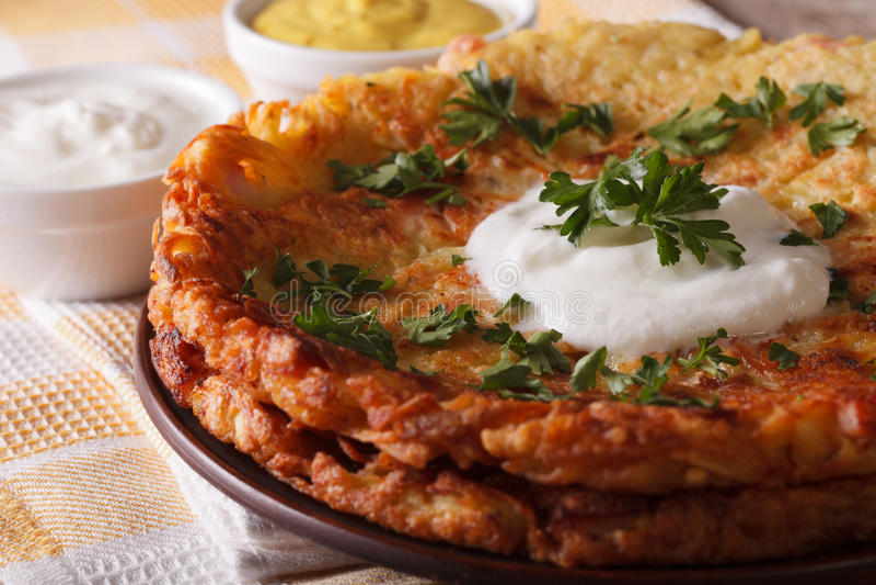 Schweizer Frühstück: Kartoffel Flapjacks mit Soßenmakro auf einer Platte H lizenzfreie stockfotos