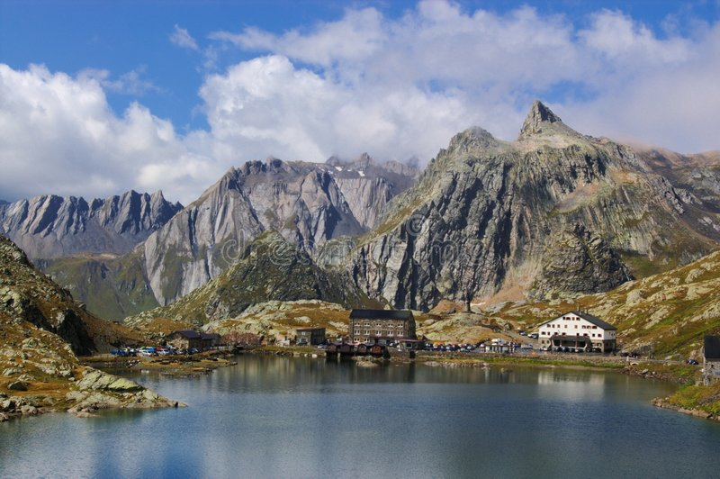 Schweizer Gebirgsseelandschaft stockbild