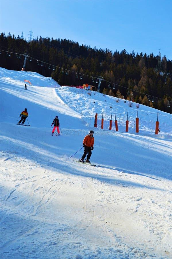 Schweizer Landschaft und Skifahrer lizenzfreie stockbilder