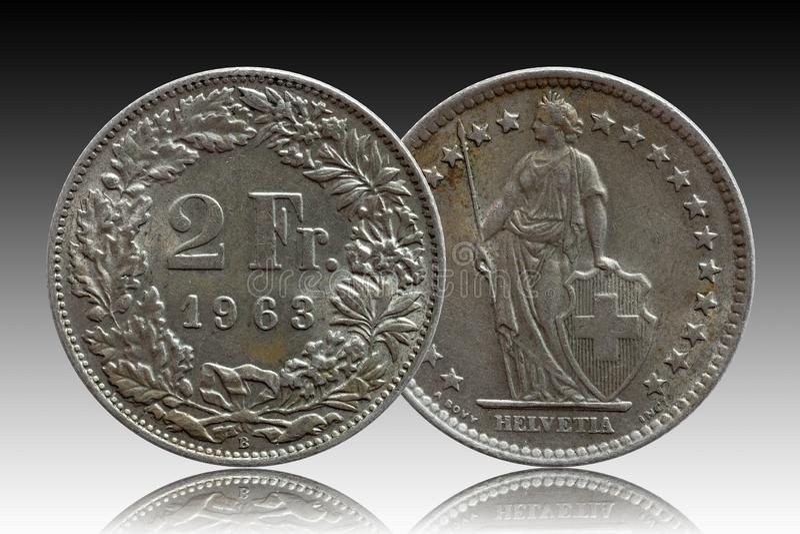 Schweizer Münze 2 der Schweiz zwei silberne des Franken 1963 lokalisiert auf Steigungshintergrund lizenzfreies stockbild