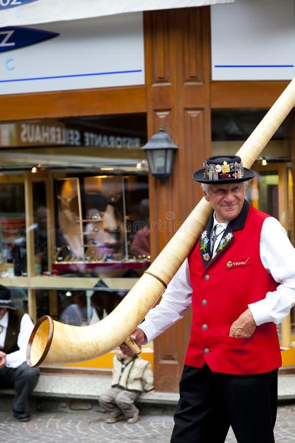 Schweizer Musiker mit einem typischen Alphorn lizenzfreies stockbild