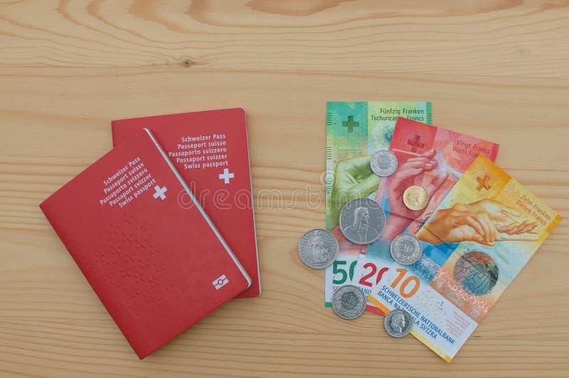 Schweizer Pässe und Währung stockfoto