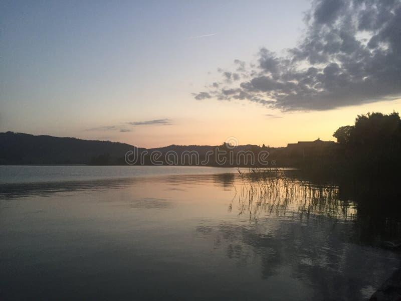 Schweizer See in der Sommerzeit stockfotografie