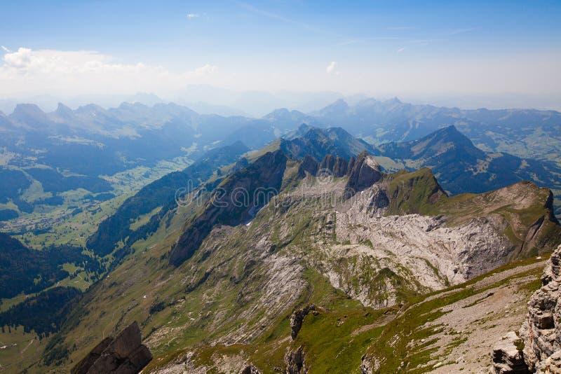 Schweizisk alpessikt arkivbild