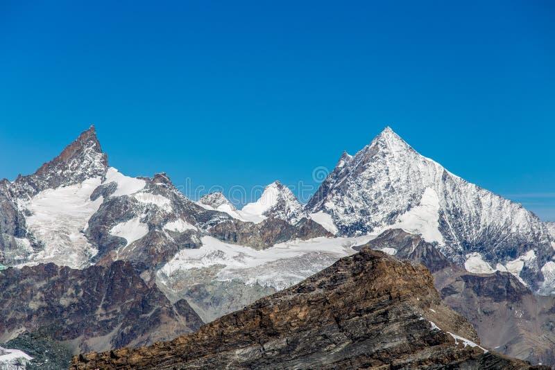 Schweizisk berggrupp som ses från platån Rosa, Val D ` Aosta, Italien royaltyfria bilder