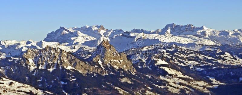 Schweizisk fjällängpanoramautsikt arkivbilder