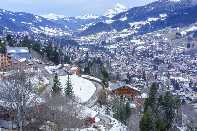Schweizisk by i vinter arkivfoto