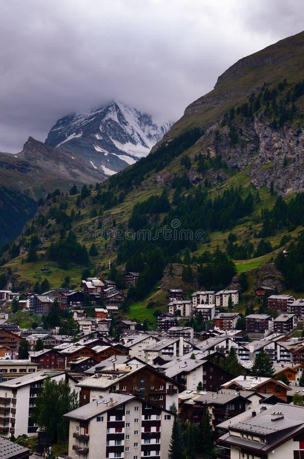 Schweizisk semesterortstad av Zermatt och det Matterhorn berget på en molnig dag arkivbilder