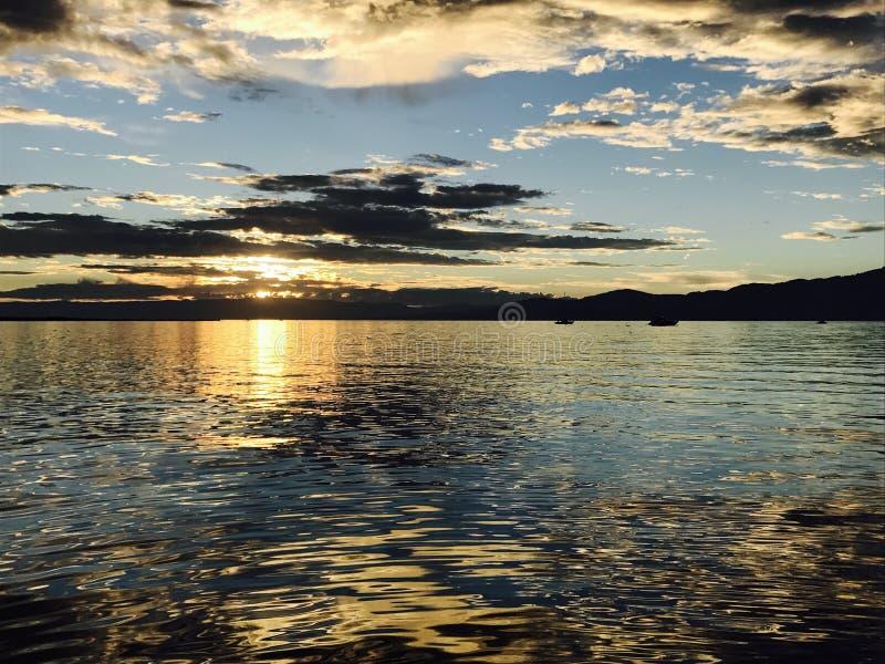 Schweizisk sjösolnedgång royaltyfri foto