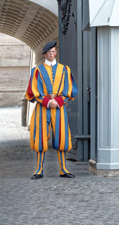 Schweizisk vakt nära st-peterÂs basilika i rome, Italien royaltyfri bild
