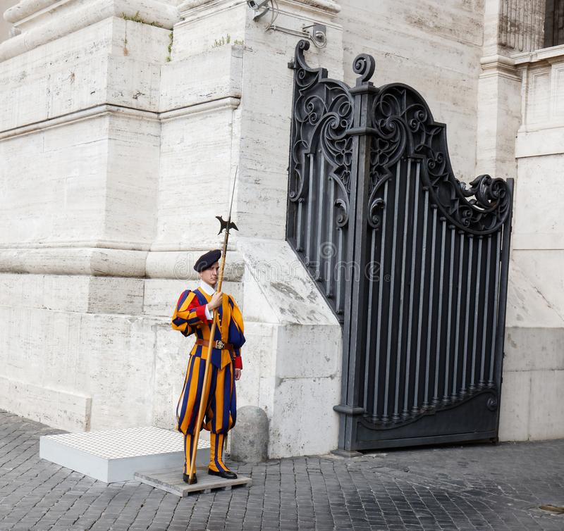 Schweizisk vakt som är tjänstgörande i Rome arkivbilder