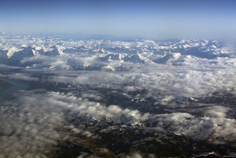 Schweiziska Alpes med snöig flyg- bergblast fotografering för bildbyråer