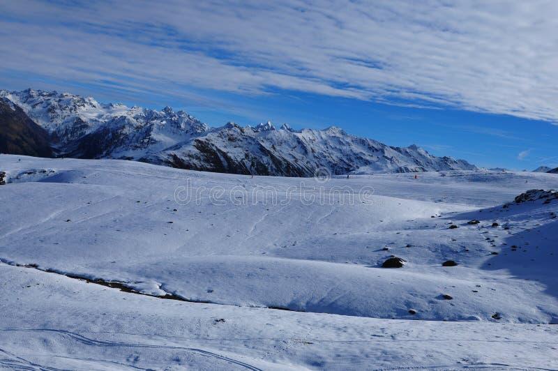 Schweiziska fjällängar: Panoramautsikt av berg för Parsenn maximumsnö ovanför Davos arkivfoton