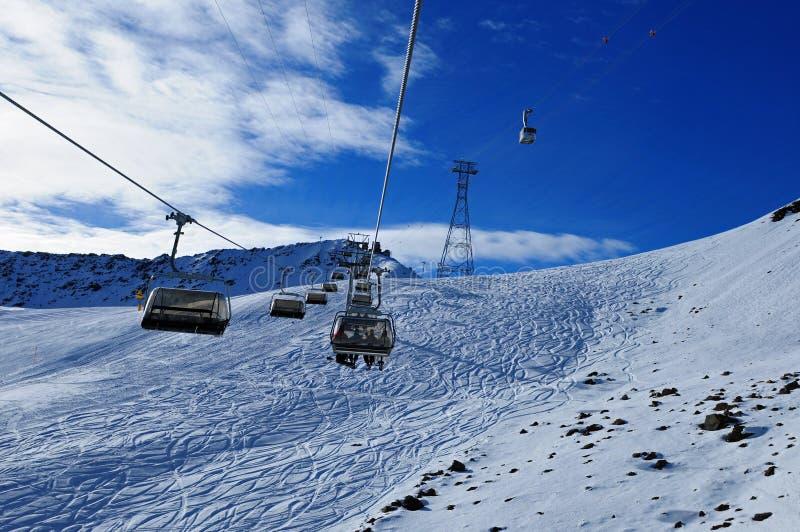 Schweiziska fjällängar: Skidåkning på konstgjord snö på Parsenn ovanför Davos City var WEFEN äger rum arkivfoto